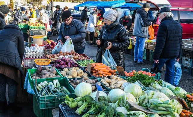 Ceny warzyw wzrosły o 10,1 proc., chleba o 9,1 proc., przez co uboższe gospodarstwa mogą odczuwać inflację silniej niż wynikałoby to z miar GUS.