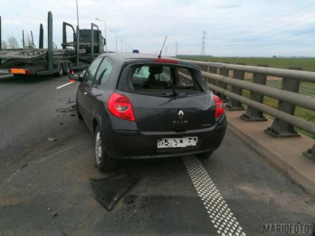 Pod Brzegiem kierowca renault uderzył w bariery rozdzielające jezdnie autostrady.