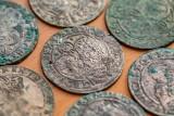 Niesamowity skarb przy drodze pod Inowrocławiem. Przewrócił się na rowerze i znalazł 86 monet z XVII wieku