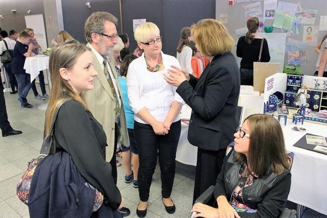 Na zdjęciu od lewej: Sara Morawietz, Klaus Plaszczek, lider Związku Górnoślązaków Nadrenii Północnej Wesfalii, Beata Czech, Sonja Wissing, kierownik konkursu oraz Marta Kołodziejczyk.