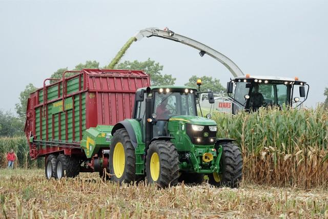 Rolnicy jak zawsze oglądali pokazy pracy maszyn do zbioru kukurydzy, ale część gospodarzy  (z powodu suszy musi się wstrzymać z zakupem nowych sprzętów)