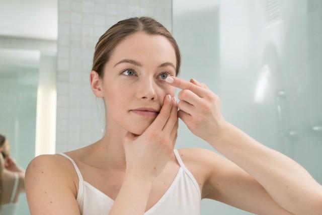 Na czas epidemii koronawirusa warto zamienić szkła kontaktowe na okulary, a na pewno zrezygnować z soczewek przeznaczonych do przedłużonego użytkowania