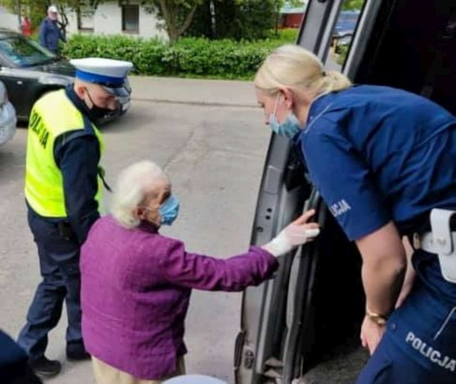 Seniorka została potrącona na chodniku. Policjant odprowadził starszą panią do domu, pomógł zanieść jej zakupy.