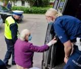Wypadek na os. Sobieskiego w Poznaniu. Kierujący autem podczas cofania potrącił idącą chodnikiem starszą kobietę