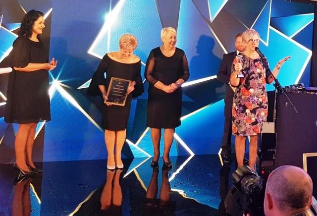 """Elżbieta Abramczyk - burmistrz Myszyńca (pierwsza z prawej) odbiera statuetkę """"Lidera zmian"""", 16.10.2019"""