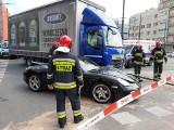 Porsche zderzyło się z ciężarówką. Wypadek na skrzyżowaniu al. Kościuszki z al. Mickiewicza