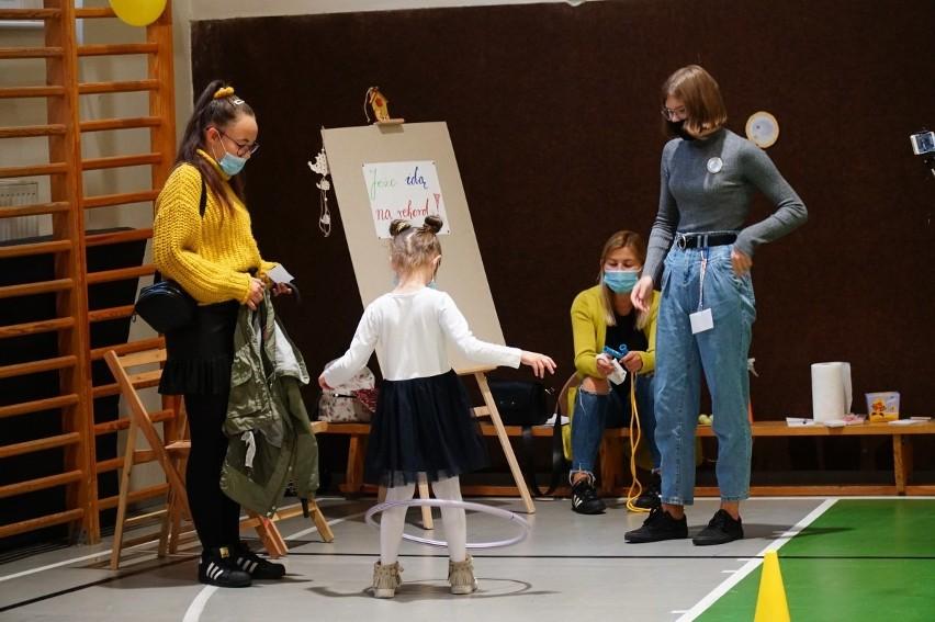 """W szkole podstawowej nr 36 przy ul. Słowackiego odbył się festyn """"Przytul Jeżyka w Urodziny Jeżyc"""" zorganizowany przez Radę Młodzieżowych Jeżyków."""