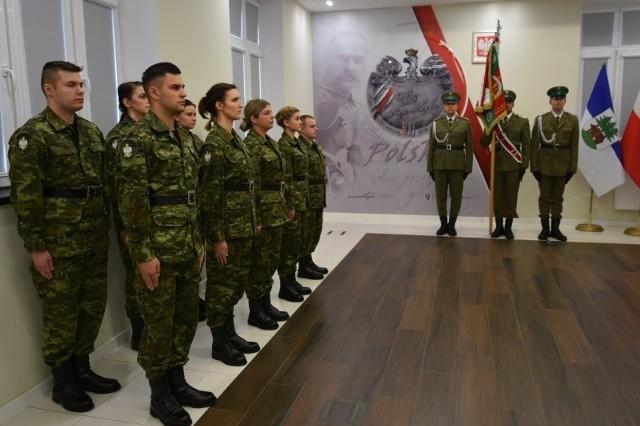 W asyście pocztu sztandarowego Warmińsko-Mazurskiego Oddziału Straży Granicznej w piątek 9 nowych funkcjonariuszy wypowiedziało słowa roty. Ślubowanie przyjął Komendant W-MOSG płk SG Robert Inglot.