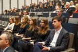Marszałek województwa wręczył stypendia naukowe wyróżniającym się uczniom i studentom z Wielkopolski [ZDJĘCIA]