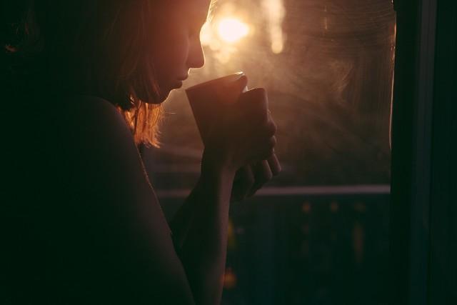 Herbata jest często uważana za produkt o licznych właściwościach leczniczych. Ma wiele zalet, pomaga złagodzić większość dolegliwości fizycznych a nawet ograniczyć ryzyko chorób przewlekłych, takich jak rak, stany zapalne, cukrzyca i choroby serca. Korzyści płynące z picia herbaty są znane i wykorzystywane od wieków.Ale chociaż herbatę uważa się za zdrowszą i bardziej leczniczą niż kofeinę lub słodkie napoje, to - co zaskakujące - nawet herbata może powodować skutki uboczne. Zwłaszcza jeśli pije się jej za dużo.Jakie są kluczowe oznaki, że pijesz za dużo herbaty? Zobacz w naszej galerii >>>>>