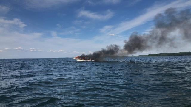 Jezioro Śniardwy. Wybuch i pożar łodzi motorowej. Trzy osoby poparzone