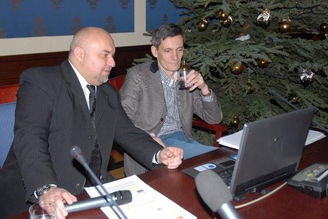 Jarosław Dudkowiak i Karol Szczepaniak z PO zwołali konferencję w sali rajców i przedstawili prezentację