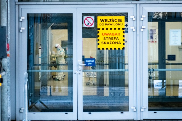 Szpital tymczasowy na MTP został zmniejszony o dwa moduły. Było tutaj 356 łóżek, obecnie jest 300, w tym 20 respiratorowych.