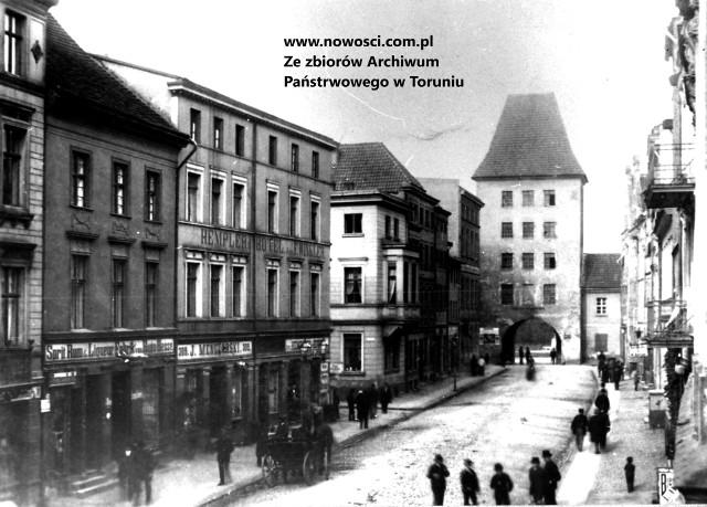 Brama Chełmińska na zdjęciu z 1889 roku. Tędy 6 czerwca 1812 roku wyjechał Napoleon, tędy 10 miesięcy później, po kapitulacji miasta, wyszli jego bawarscy obrońcy