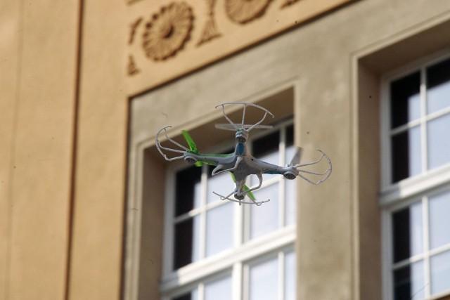 W nocy ze środy na czwartek w miejscowości Skrzynki w gminie Stęszew pojawił się dron, który podlatywał bezpośrednio pod okna domów. Mieszkańcy obawiają się, że sprzętu mogli używać złodzieje.