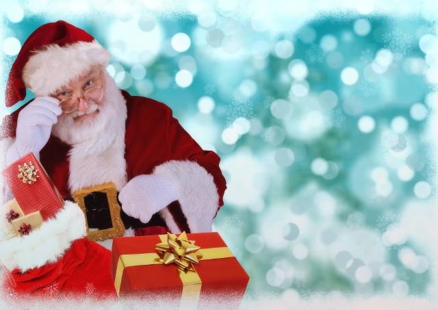 """Polscy pracodawcy nie są zbyt szczodrzy. Mniej niż połowa organizuje z okazji Świąt Bożego Narodzenie tradycyjne, wigilijne spotkanie, a świąteczne premie wypłaci tylko 40% przedsiębiorstw. Instytut badawczy Randstad sprawdził, jakiego rodzaju benefity trafiają do pracowników z okazji Bożego Narodzenia oraz jak dużo wydadzą na nas nasi szefowie. Zobacz, jakie upominki dostaniemy na Święta, ile pieniędzy wpłynie na nasze konta i co można za to kupić. Dane pochodzą z raportu """"Plany Pracodawców""""."""
