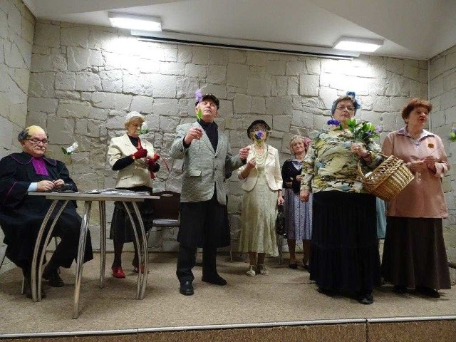 """Przedstawienie  """"Majowe ksiuty z Temidą"""" bardzo podobało się publiczności."""
