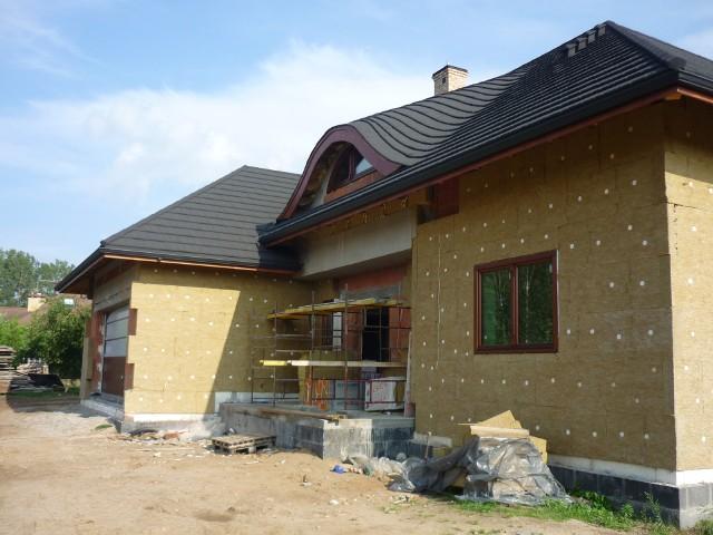 Ocieplenie domu wełną mineralnąWykonanie izolacji termicznej domu to szerokie zagadnienie. Powinna być ona zarówno poprawnie zaprojektowana, jak i zrobiona. Tylko wtedy komfort wewnątrz pomieszczeń będzie dobry o każdej porze roku.