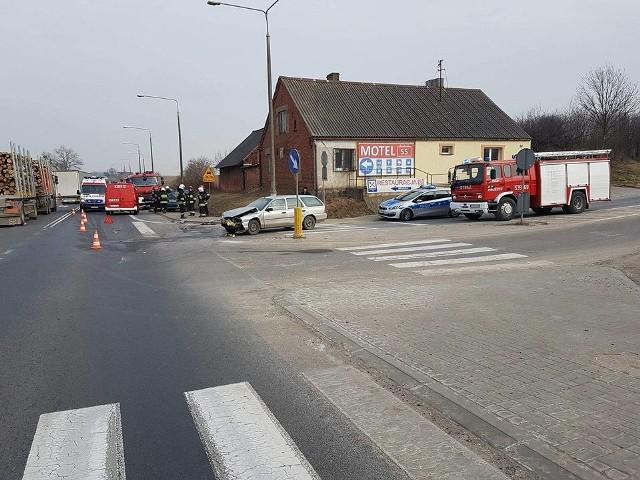 Dzisiaj o godzinie 11.40 na skrzyżowaniu Zbrachlin - Topolno kierowca forda jechał od strony Pruszcza i wymusił pierwszeństwo na kierowcy polo, który jechał z Bydgoszczy. Na miejscu natychmiast pojawili się druhowie z Wałdowa i Pruszcza. Nie było rannych.