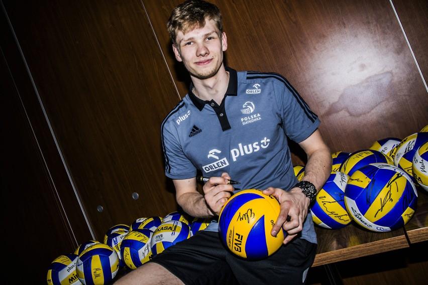 Jakub Kochanowski w lipcu skończy 21 lat. Dwa ostatnie sezony grał w Indykpolu AZS Olsztyn. W nowym ma zastąpić Srećko Lisinaca w PGE Skrze Bełchatów. Drugi rok jest też w polskiej kadrze