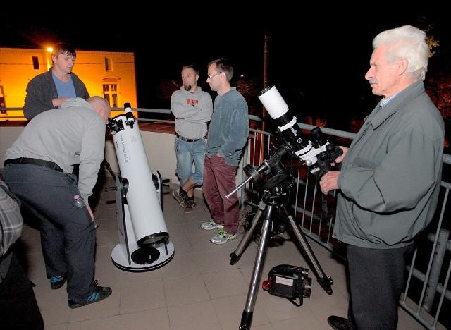 Nocne obserwacje prowadzone są zarówno pod kopułą, jak i na tarasie