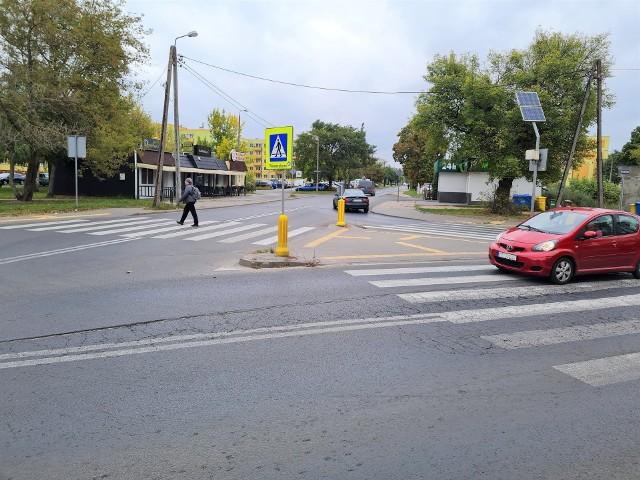 Skrzyżowanie ulic Inowrocławskiej z Bielickiej na Szwederowie w Bydgoszczy, gdzie kierowcy stoją w w korkach i na którym dochodzi do wielu kolizji zostanie przebudowane. W jego miejscu powstanie rondo.  Roboty na skrzyżowaniu ulic Inowrocławskiej z Bielicką rozpoczną się na początku października i będą realizowane przez około 2 miesiące. Zobacz, co ma się zmienić i z jakimi utrudnieniami muszą liczyć się piesi i kierowcy >>>