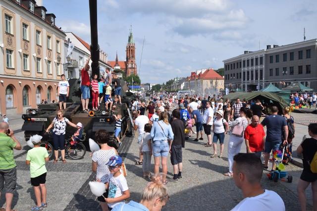 Święto 18. Pułku Rozpoznawczego przyciągnęło mnóstwo ludzi na Rynek Kościuszki. W niedzielne popołudnie ciężko było znaleźć wolne miejsce. Na mieszkańców czekały wozy bojowe i czołgi, można było zobaczyć też sprzęt wojskowy i postrzelać z broni. Na najmłodszych czekały place zabaw i tory przeszkód. Więcej przeczytasz i zobaczysz:Urodziny 18. Białostockiego Pułku Rozpoznawczego. To już dziesięć lat. Zobacz, jak żołnierze świętowali razem z białostoczanami