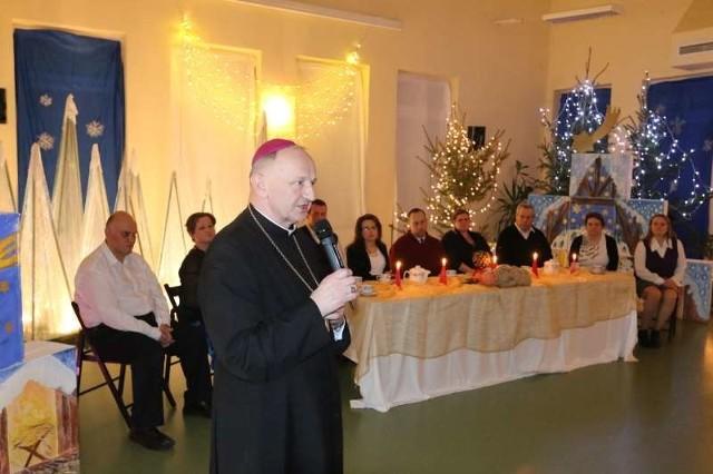 Na przedstawienie wigilijne przybył opolski biskup pomocniczy, Paweł Stobrawa.