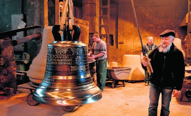 350-kilogramowy dzwon, jeden z czterech, które z ludwisarni w Taciszowie powędrują do kościoła w Katowicach-Piotrowicach