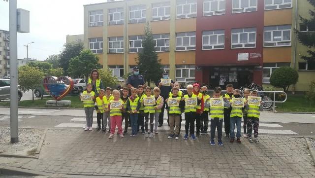 Uczniowie i policjanci z Białobrzegów przekonywali kierowców, aby jeździli bezpiecznie i zwalniali przy przejściach dla pieszych.