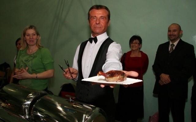 Przedstawiciele restauracji z pałacu w Poraju prezentują zgłoszone do konkursu faszerowane kacze uda.