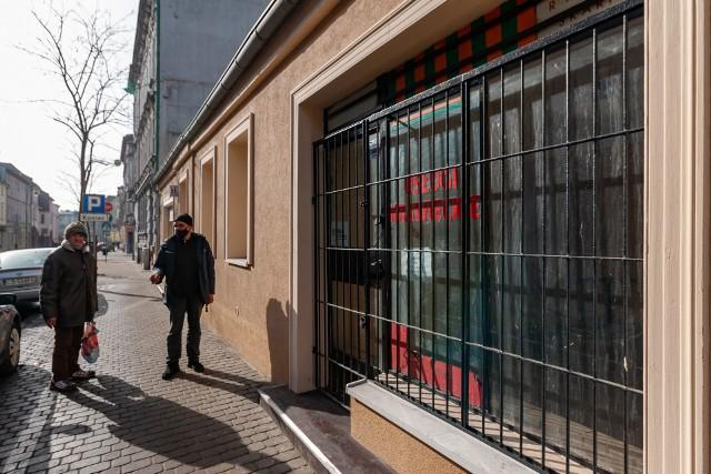 Pusty lokal przy Pomorskiej 23. W środę (24.02) Rada Miasta Bydgoszczy przyjęła uchwałę o utworzeniu w centrum Bydgoszczy parku krajobrazowego. To oznacza m.in. likwidację punków, które na stałe nie są związane z podłożem, np. kiosków.