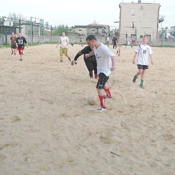 Przy ulicy Kwiatowej młodzież ma szansę  pograć w piłkę. Sprawę trzeba tak rozwiązać,  żeby nie tracili na tym mieszkańcy okolicznych  domów.
