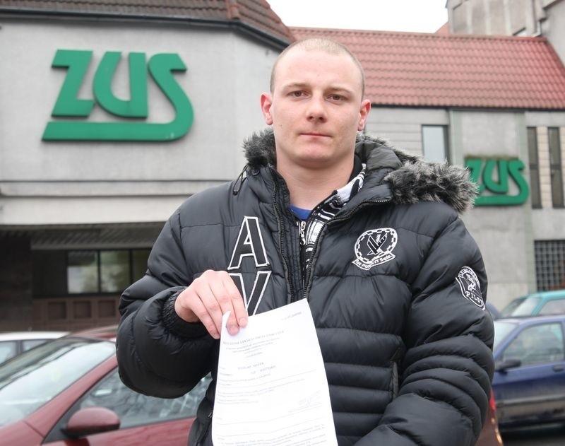 Tomasz Malek przed siedzibą ZUS w Słupsku.