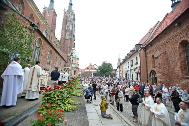 Boże Ciało 2020. Wrocławianie nie boją się wirusa i tłumnie uczestniczą w procesjach