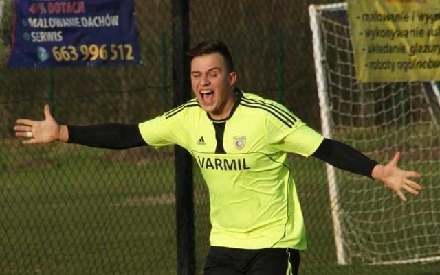 Tak Patryk Tetlak cieszył się z bramki dla Czarnych Połaniec, którą zdobył w 86 minucie meczu z Wierną Małogoszcz.