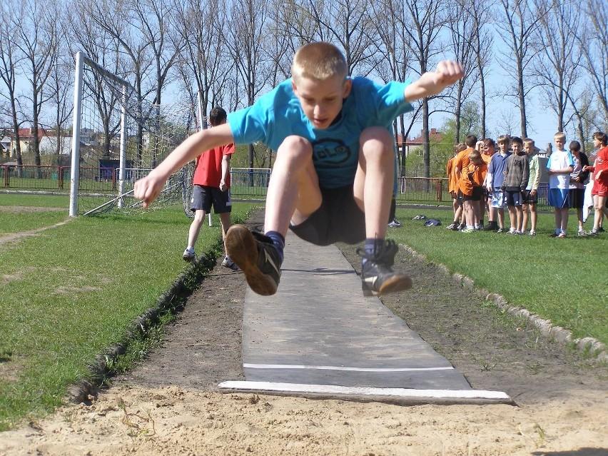 Dzieci rywalizowały w skoku w dal