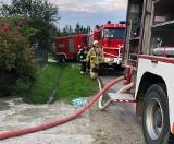 Pożar poddasza domu w Chyrzynie koło Przemyśla. Wyjechały 4 zastępy strażaków PSP i OSP [ZDJĘCIA]