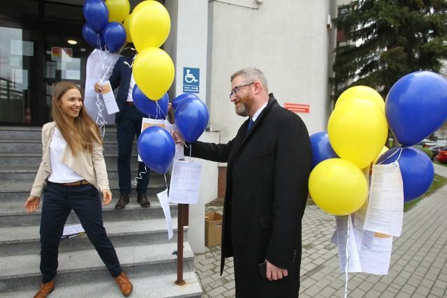 """Pod akcję Korwinistów podłączył się poseł konfederacji Grzegorz Braun, kandydat na prezydenta Rzeszowa, który obiecał """"dobry klimat dla przedsiębiorczości w Rzeszowie""""."""