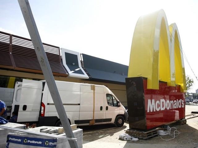 Na nowej restauracji McDonald's kończone są prace przy dachu. Charakterystyczne logo już stoi. Fot. Dariusz Danek