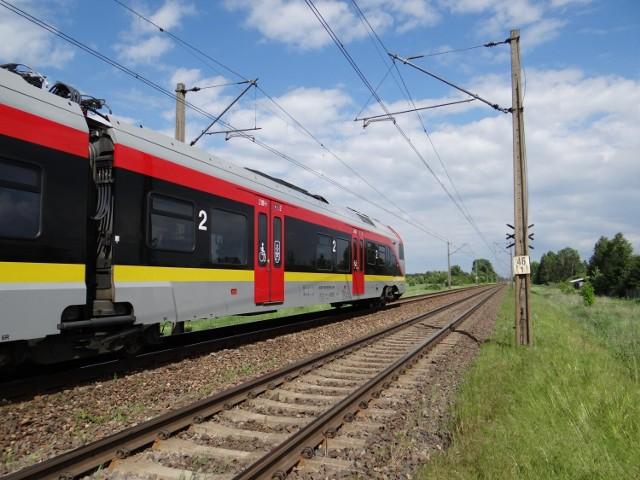 Do wypadku doszło w miejscowości Czechy pod Zduńską Wolą na linii kolejowej nr 14. Pociąg łódzkiej Kolei Aglomeracyjnej potrącił śmiertelnie pieszego.