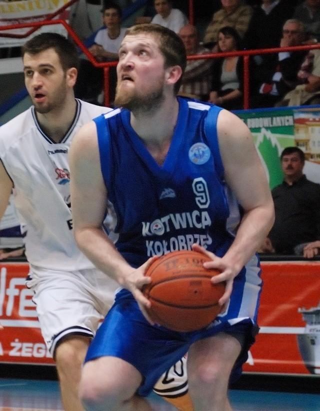 Piotr Stelmach (z piłką) był najlepszym strzelcem Kotwicy.