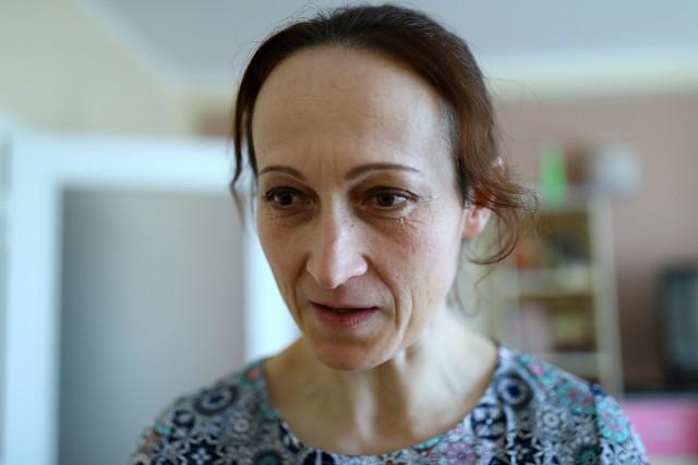 Edyta Sońta nie widziała już w Anglii przyszłości dla siebie i pięcioletniej córeczki. Czuła, że w batalii o dziecko przed  brytyjskim sądem jej partner był angielskim panem, a ona tylko polską ogrodniczką. Uciekła z dzieckiem do Polski, ale sąd nakazał powrót dziewczynki - z matką albo bez niej. Na fali Brexitu takich dramatów może być więcej.Był 2000 rok, kiedy Edyta Sońta z Proszenia niedaleko Piotrkowa Trybunalskiego, po ukończeniu SGGW, wyjechała do Londynu. Zaczęła od sprzątania i opieki nad dziećmi, ale jednocześnie uczyła się języka angielskiego i ukończyła 3-letni kurs projektowania ogrodów. CZYTAJ DALEJ NA NASTĘPNYM SLAJDZIE