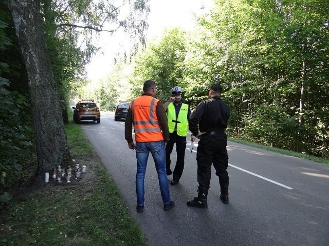 Na drodze wojewódzkiej 212 w gm. Cewice spotkali się przedstawiciele służb odpowiedzialnych za bezpieczeństwo w ruchu drogowym. Specjalna komisja badała miejsce wypadku, w którym tragicznie zginął 19-latek z powiatu bytowskiego.