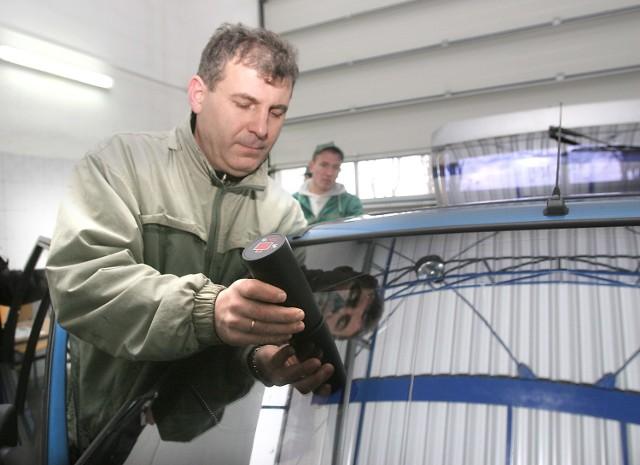 Diagnosta Bogusław Bryczkowski, który dzięki specjalnemu urządzeniu sprawdza przejrzystość szyb uprzedza kierowców, że nawet ciemny pas folii w górnej części przedniej szyby może spowodować, że auto nie przejdzie pomyślnie kontroli technicznej.