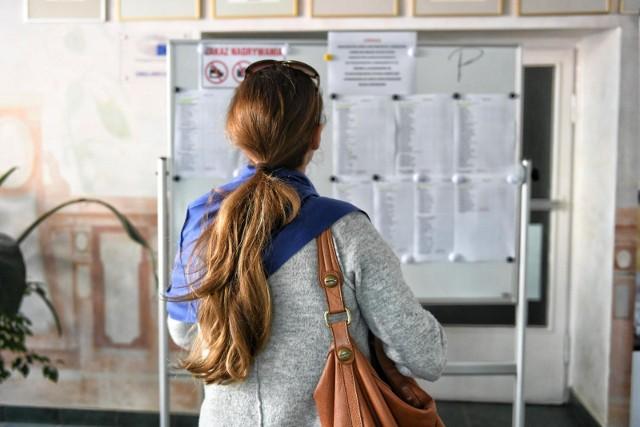 Rekrutacja do szkół ponadpodstawowych na rok szkolny 2021/2022 rusza 17 maja. Wniosek o przyjęcie do szkoły ponadpodstawowej wraz z dokumentami będzie można składać od 17 do 21 czerwca 2021 r. Listy kandydatów przyjętych i kandydatów nieprzyjętych ogłoszone będą 2 sierpnia. Sprawdziliśmy, jakie były najpopularniejsze klasy w poznańskich liceach podczas ubiegłorocznej rekrutacji. Zobacz, które profile były najbardziej oblegane. Jakie były progi punktowe? Przejdź do galerii --->