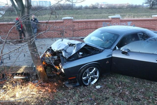 """Sportowe auto rozbite na drzewie. Właściciel """"dał się przejechać""""?"""