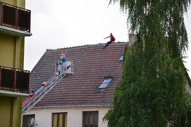 Około godz. 2 w nocy 28-letni mieszkaniec Szczecina wszedł na dach jednego z budynków w Gryficach i nie chce zejść.