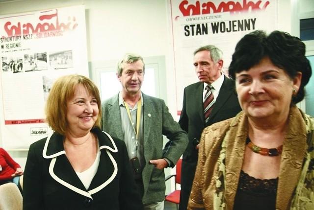 Spotkanie po latach. Stoją (od lewej): na pierwszym planie – Małgorzata Nagórska-Wróblewska i Dorota Wiszowata, z tyłu Janusz Smaczny i Roman Wilk.
