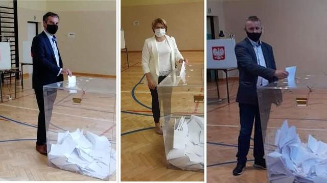 Prawie wszyscy kandydaci biorący udział w wyborach przedterminowych na wójta Tuczęp wzięli udział w niedzielnym głosowaniu. Na kogo  oddali swój głos? Tego nie zdradzają, ale chętnie upubliczniają swoje zdjęcia znad urny. Głosujących przedstawiamy w kolejności alfabetycznej. >>>Więcej na kolejnych zdjęciach